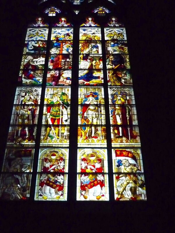 Picture 161.jpgОгромные витражи под самой крышей - окна к Богу - главный источник освещения в соборе.