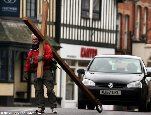 Мужчина 26 лет несёт на себе 4-метровое распятие