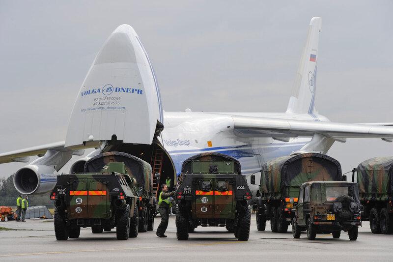 des véhicules (VAB, GBC 180 et P4) se préparent à embarquer à bord d'un avion russe Antonov 124 à destination du Mali