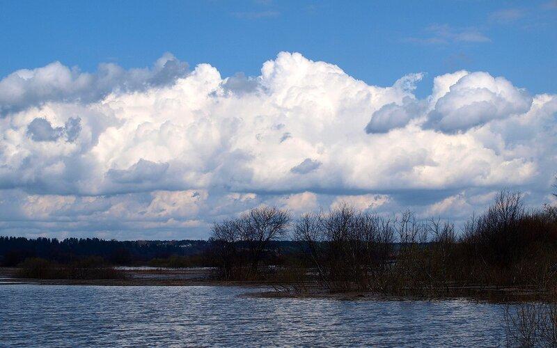 Пойменные озера и облака P4260974