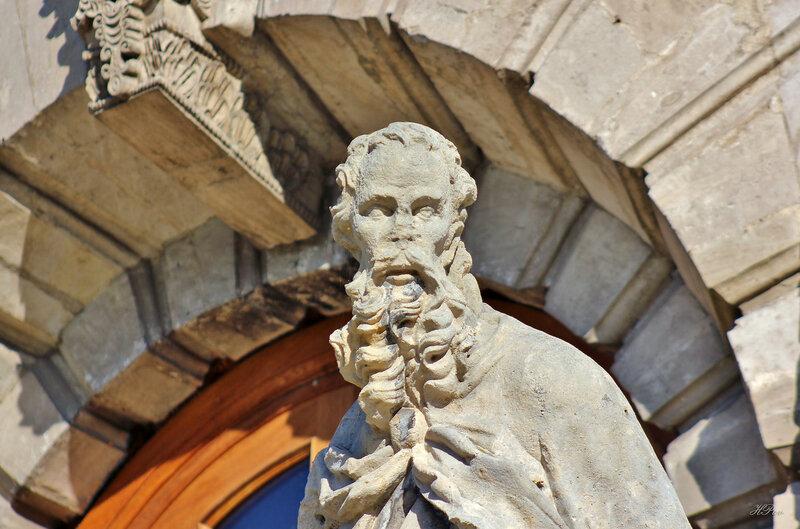 Скульптура Иоанна Златоуста (западные двери Знаменской церкви в Дубровицах)