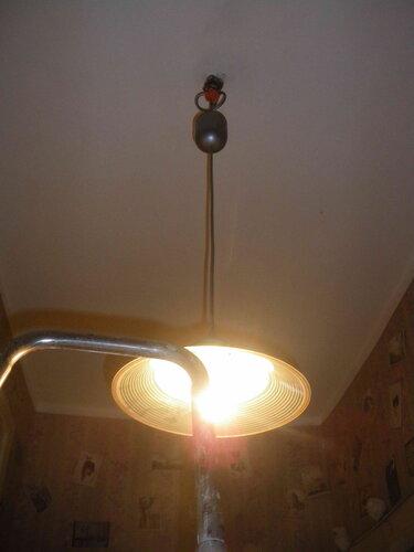 Фото 12. После зачистки и подгибания контактов патрона подвес снова стал освещать коридор.