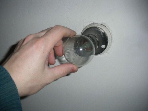 Фото 16. Замена сгоревшей лампочки в санузле.