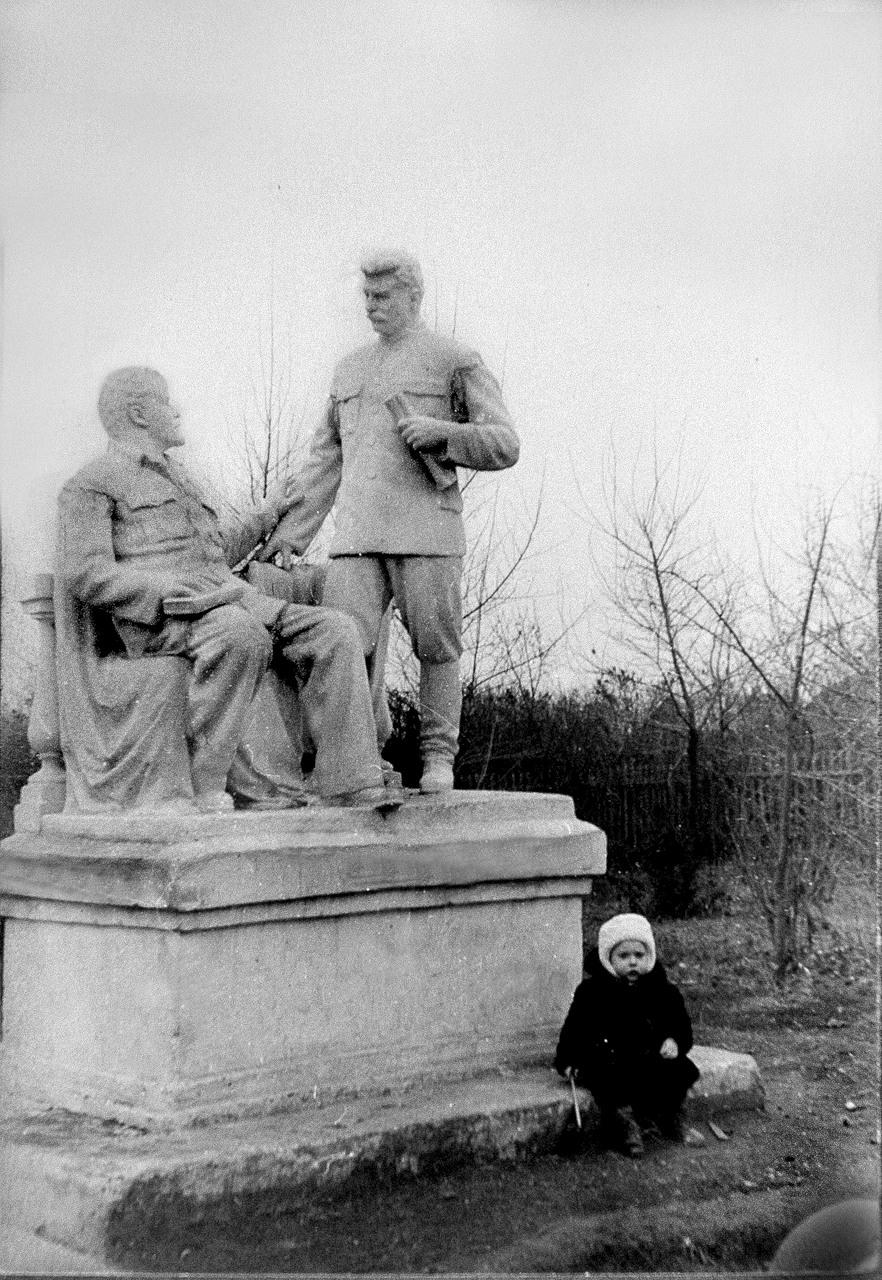 1955. Скульптура была установлена к 800-летию Новосил