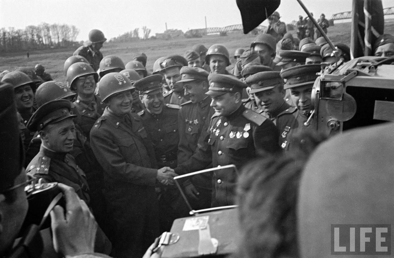 Русский генерал, американский генерал-майор и их войска встречаются друг с другом в районе города Торгау