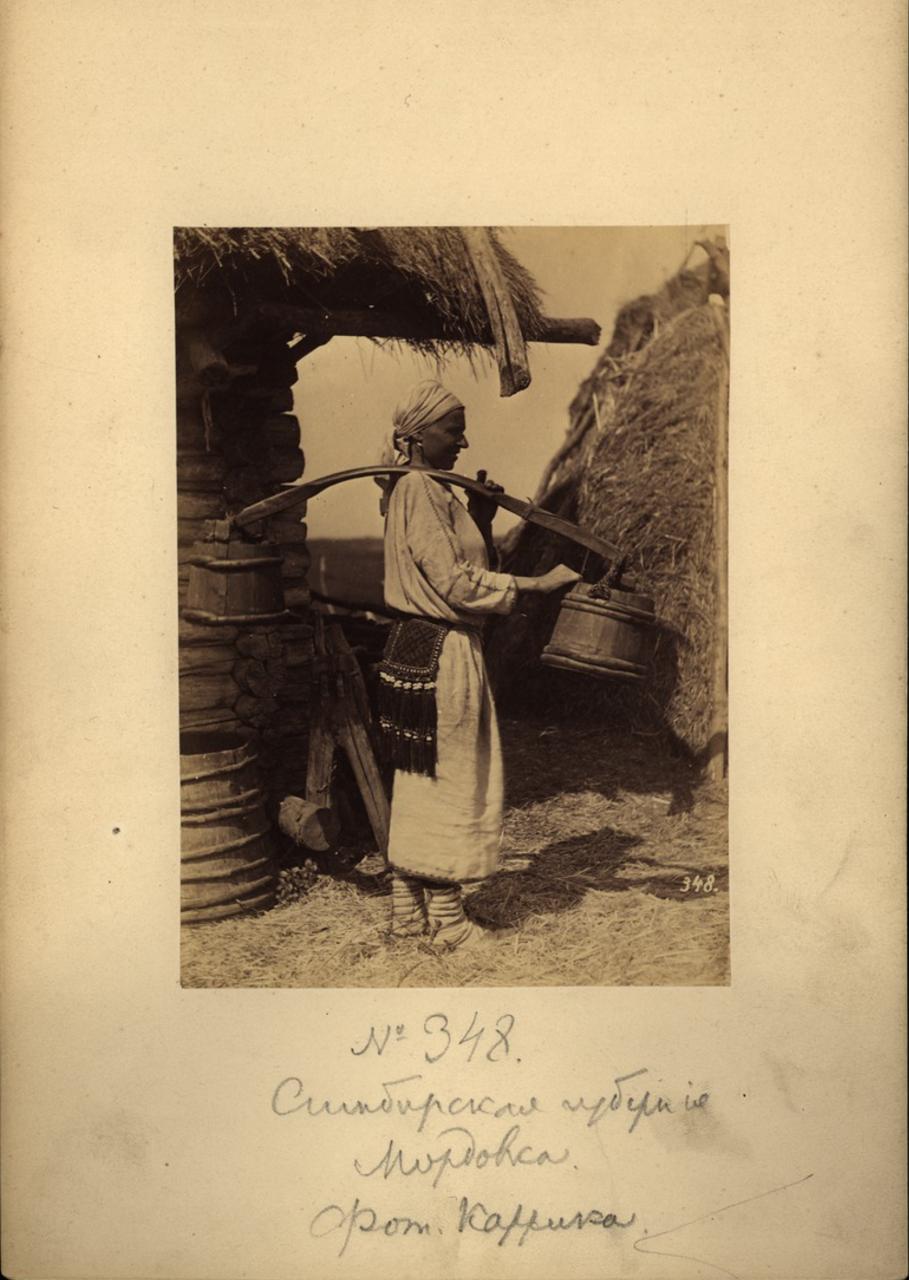 Мордовская крестьянка с коромыслом. 1870-е.