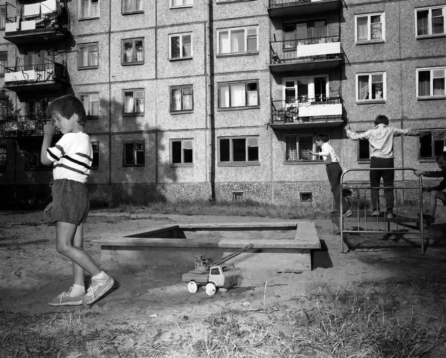 1989 год. Братск. Детская площадка во дворе многоквартирного дома.