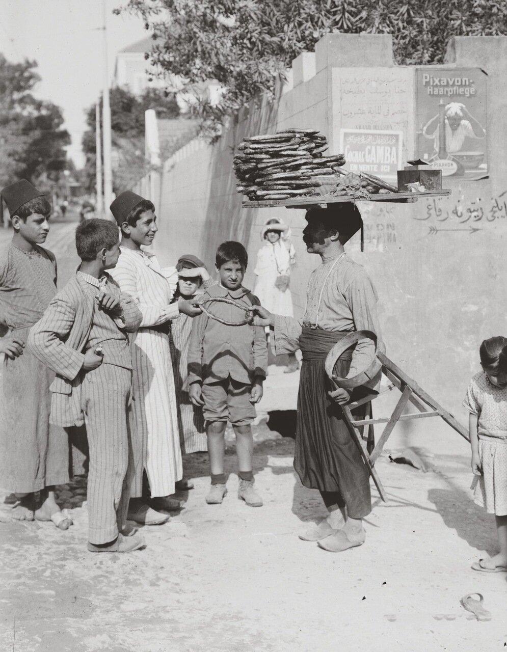 Продажа сладостей в Бейруте, Ливан. 1900-1920 гг.