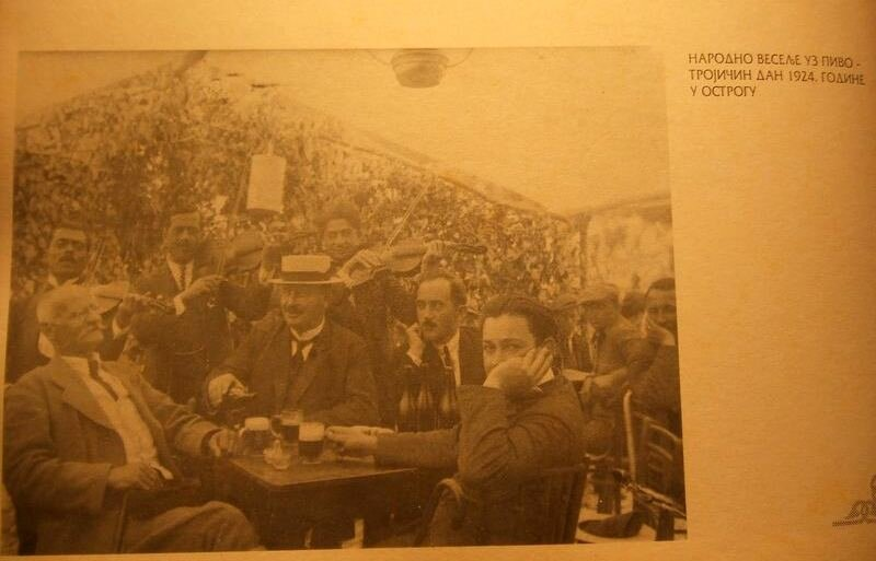распитие пива Никшичко на праздник Троица, Черногория, Острог, 1924 год