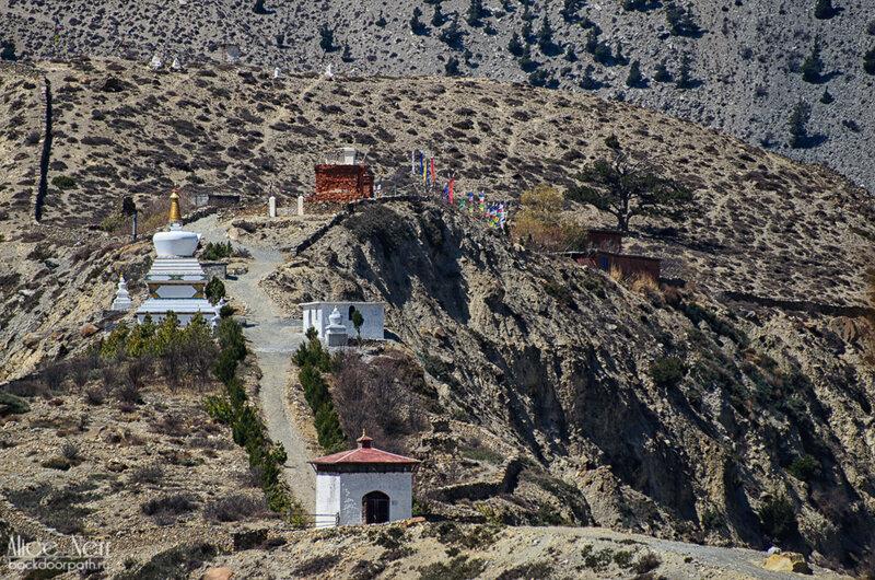 ступа и монастырь на холме, где-то между Марпой и Джомсомом, Гималаи, Непал