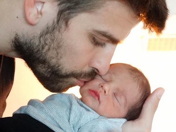 Шакира и Пике опубликовали фото новорожденного сыночка
