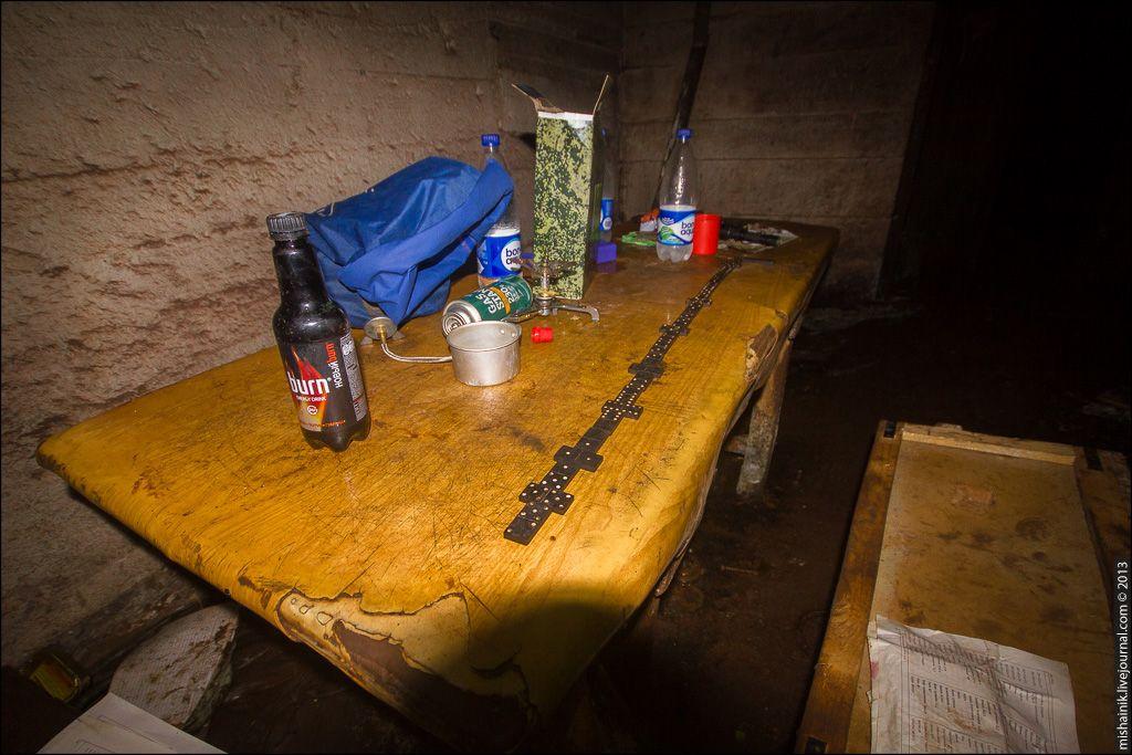 10 Лежанки устроили на деревянном настиле, дополнительно подложив коврики и космические одеяла.