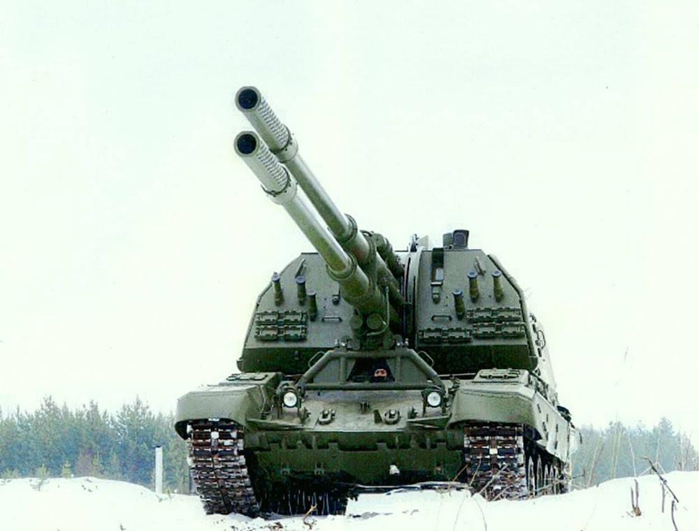 Уникальная двуствольная 152-мм самоходная гаубица. Масса установки 48 тонн, боекомплект — 70 снарядо