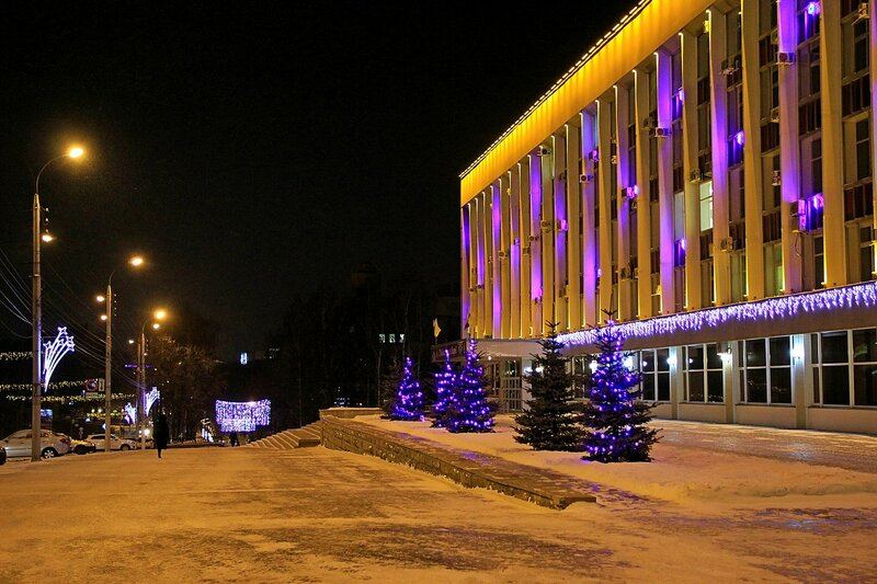 Ёлочки в гирляндах вдоль Кировской городской администрации