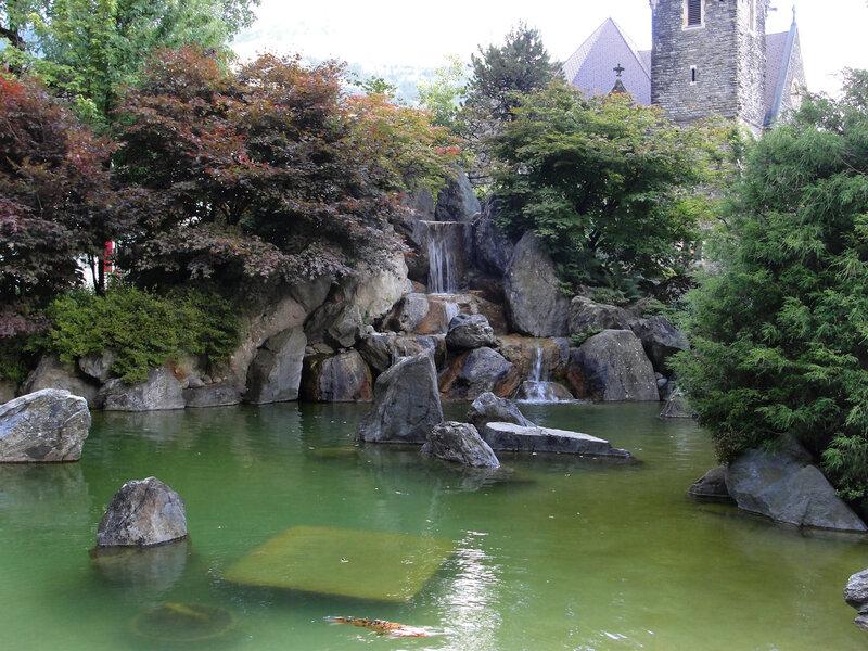 Японский садик у церкви Святого Духа