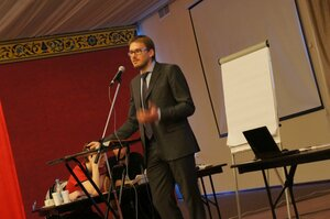 Сотрудник KPMG Петр Королев проводит мастер-класс