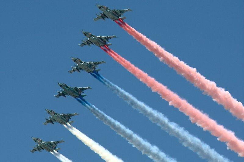 Су-25 «Грачи» рисуют флаг России