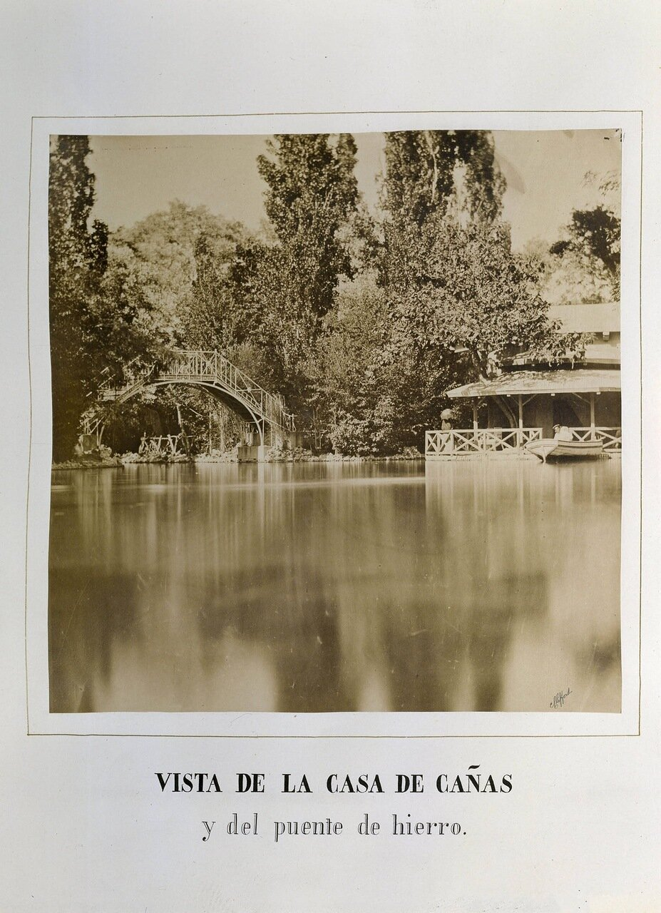 Парк Эль-Капричо в Мадриде. Вид на дом из тростника и железный мост