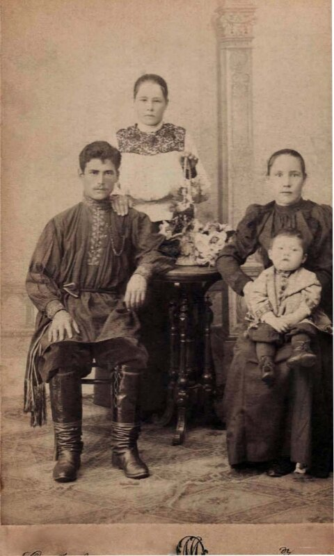 Семья Нила Рябчевского.На коленях Лепестиньи - их с Нилом первенец Вася. Стоит младшая сестра Нила.