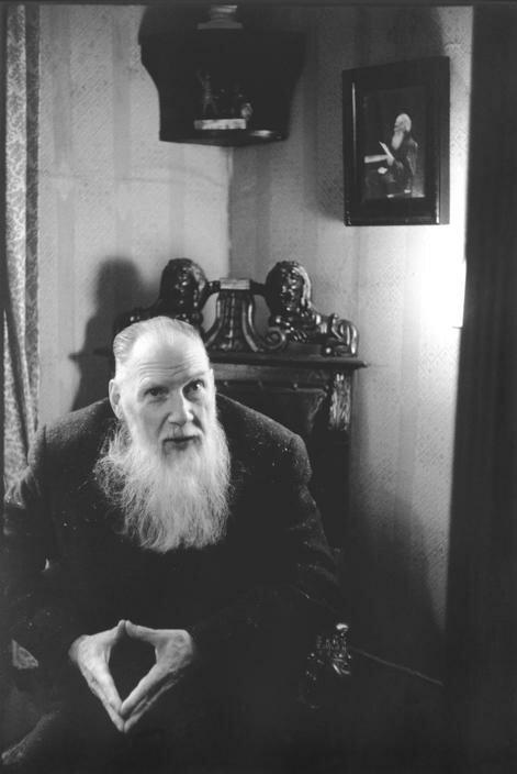 Москва. Внук Льва Толстого у себя в гостиной
