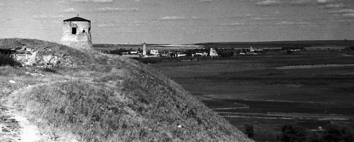 Панорама города с Чёртовым городищем.
