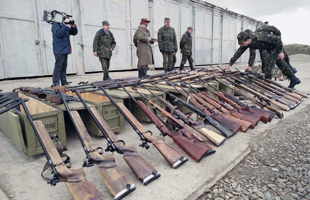 26 марта 1990. Советские десантники осматривают оружие конфискованое у местной организации милиции в Каунасе, Литва