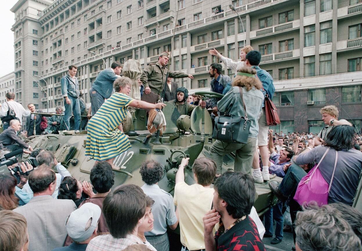 19 августа 1991 г. Толпа собирается вокруг БТР и пытается его блокировать возле Красной площади в центре Москвы