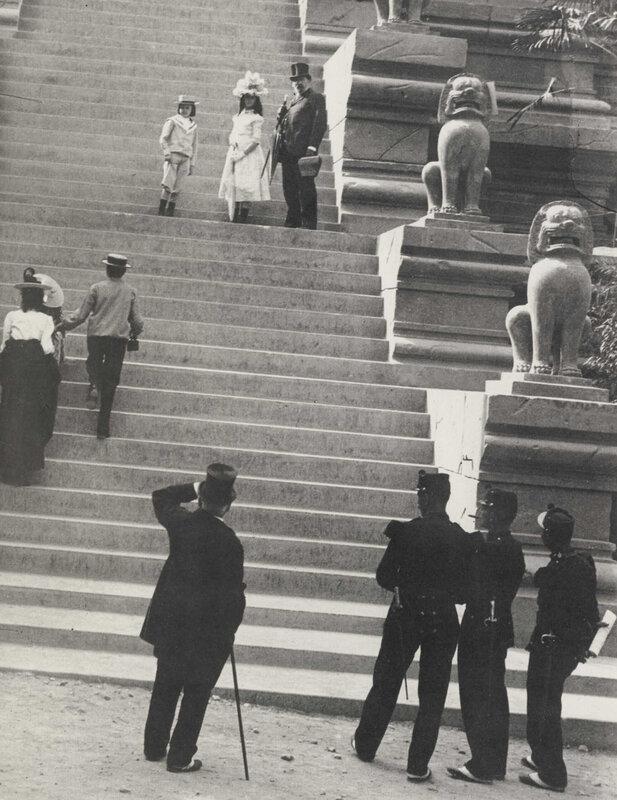 Эмиль Золя с детьми на лестнице индонезийского павильона