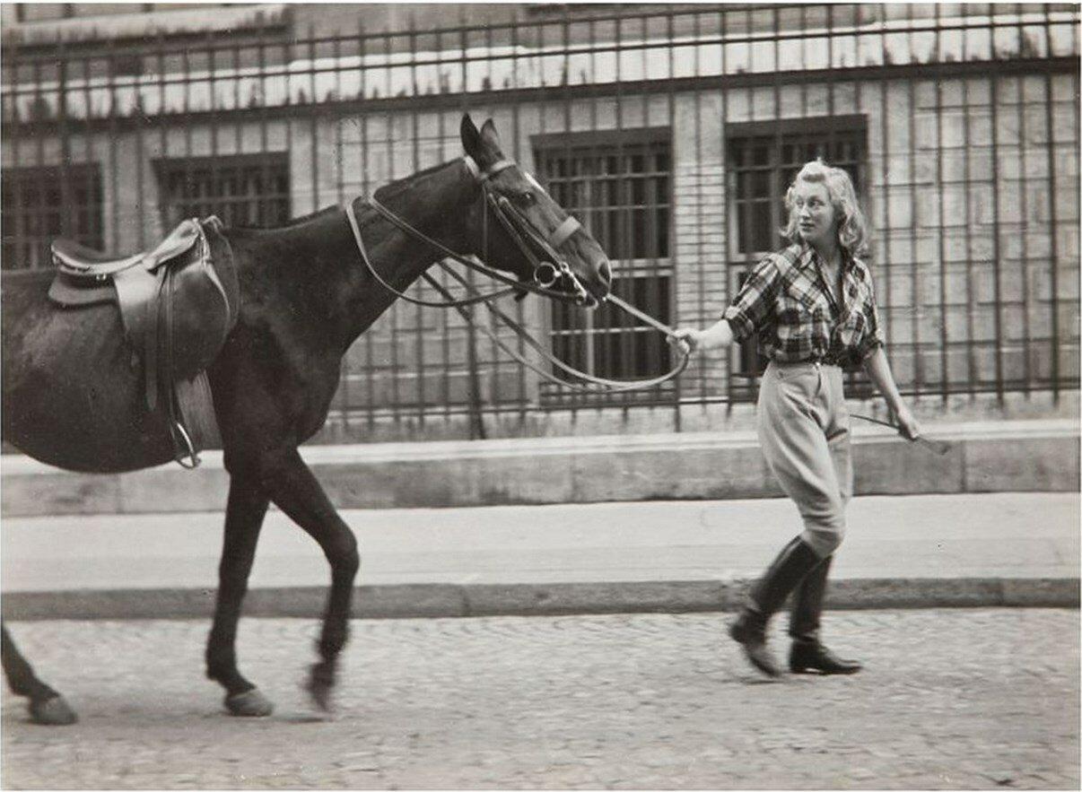 1940. Портрет женщины, ведущей лошадь