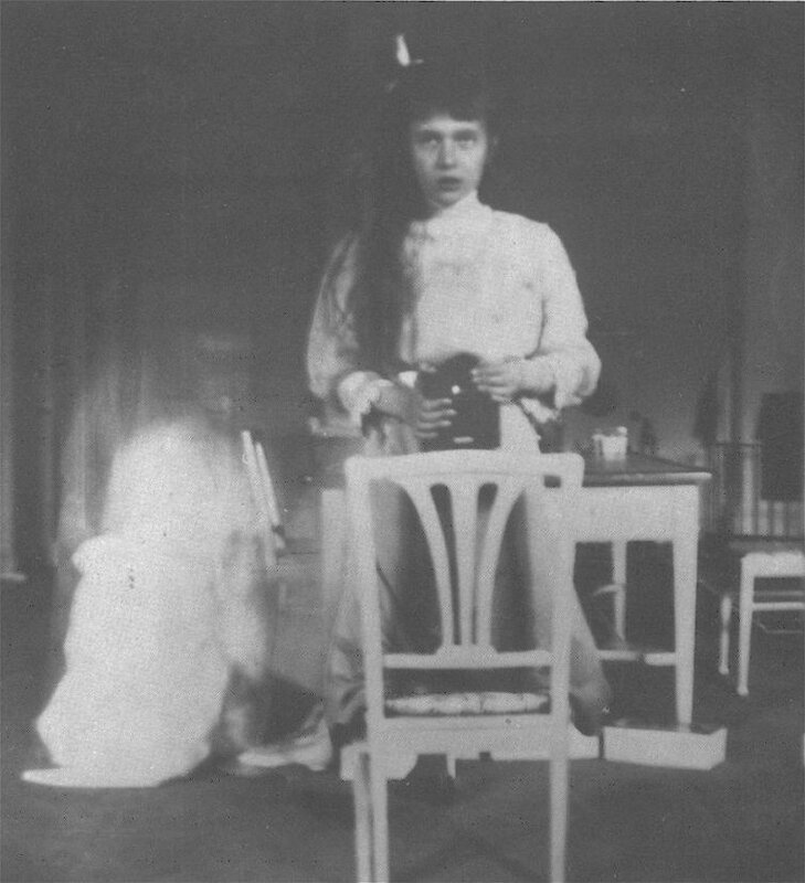 Анастасия Николаевна делает сэлфи. 1914 г.jpg