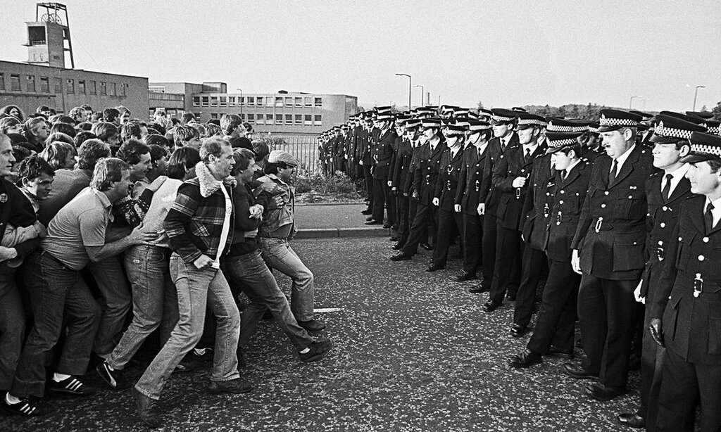 За секунды до столкновения шахтёров и полиции во время известной забастовки британских шахтёров 1984-1985 годов. Фото John Sturrock.Jpg