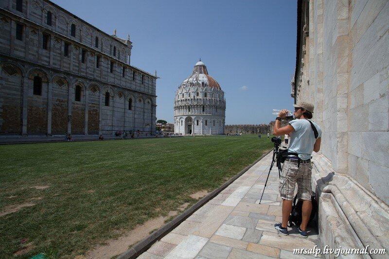 На фоне башни фотографируются все и по-разному