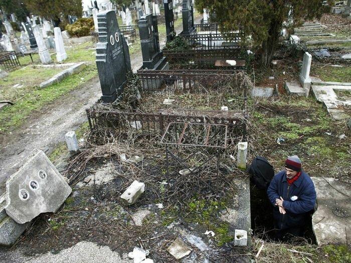 Бездомный серб уже 15 лет живет в могиле