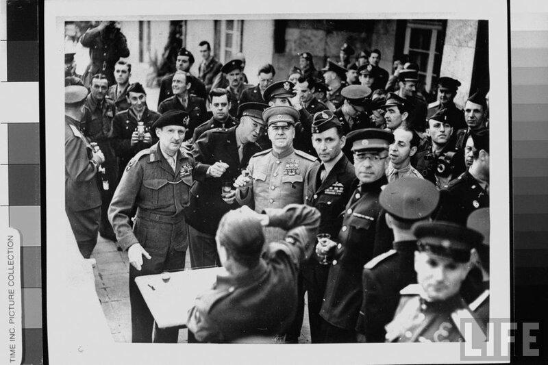 Маршал Жуков вручает фельдмаршалу Монтгомери советский Орден Победы