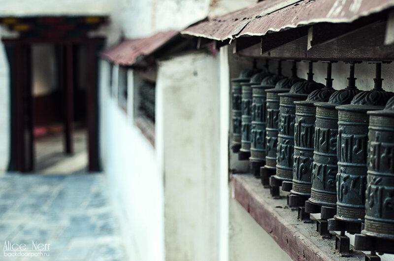 молитвенные барабаны с мантрами в буддистском храме в Марпе, Непал
