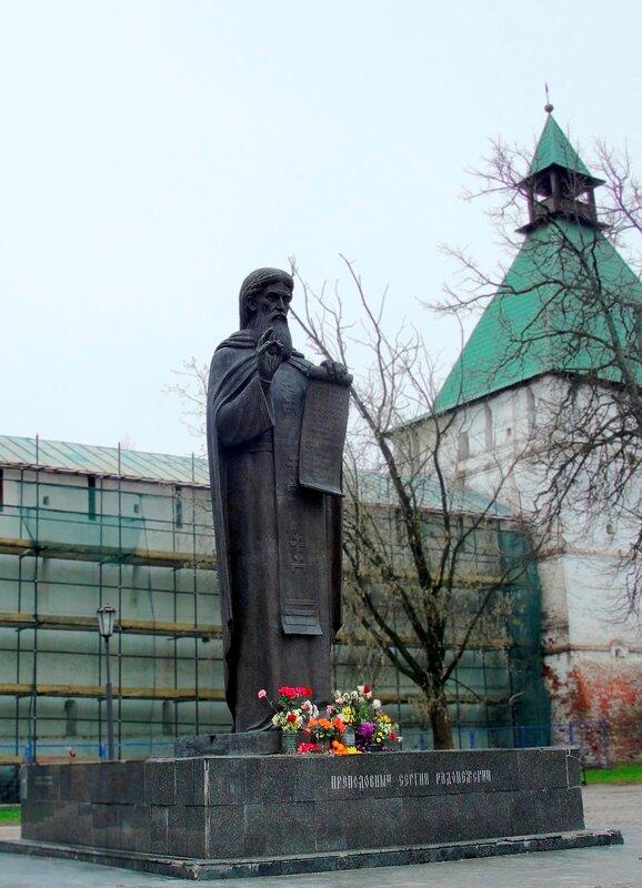 Памятник Сергию Радонежскому перед Лаврой