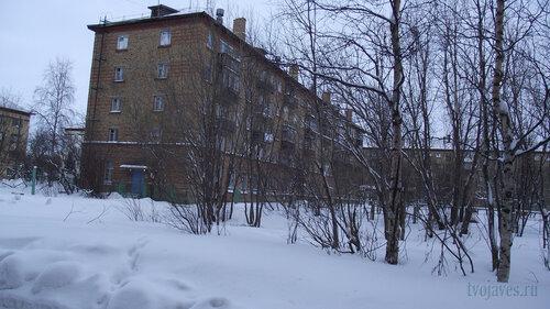 Фото города Инта №2778  Юго-западный угол Гагарина 13 (правее за деревьями виден Гагарина 15) 31.01.2013_13:24