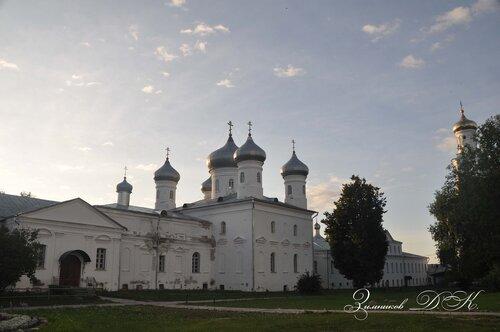 Cвято-Юрьев монастырь, Спасский собор и Архимандритский корпус.