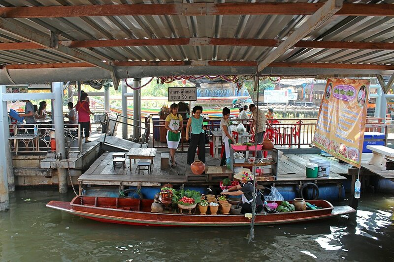 Плавучий рынок Талинг Чан, Бангкок. Продажа фруктов и овощей с лодки