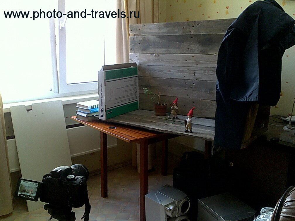 """Министудия для съемки натюрморта при естественном освещении из окна. При помощи картонной коробки и белого листа будем создавать """"световой рисунок"""" на фотографии.На переднем плане - зеркалка Nikon D5100 KIT 18-55 VR."""
