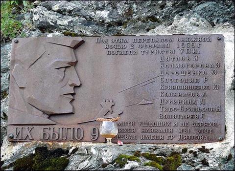 Памятная доска на реальном перевале Дятлова