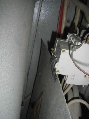 Фото 6. Вид автоматических выключателей через щель между дверью и корпусом этажного щита. Автоматические выключатели имеют неверную маркировку, которая не соответствует реальным номерам квартир.