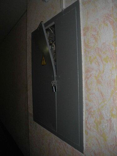 Фото 4. Этажный щит. Общий вид. Дверь этажного щита отогнута - видимо, штатный электрик не сильно спешит на помощь жителям дома при электротехнических авариях.