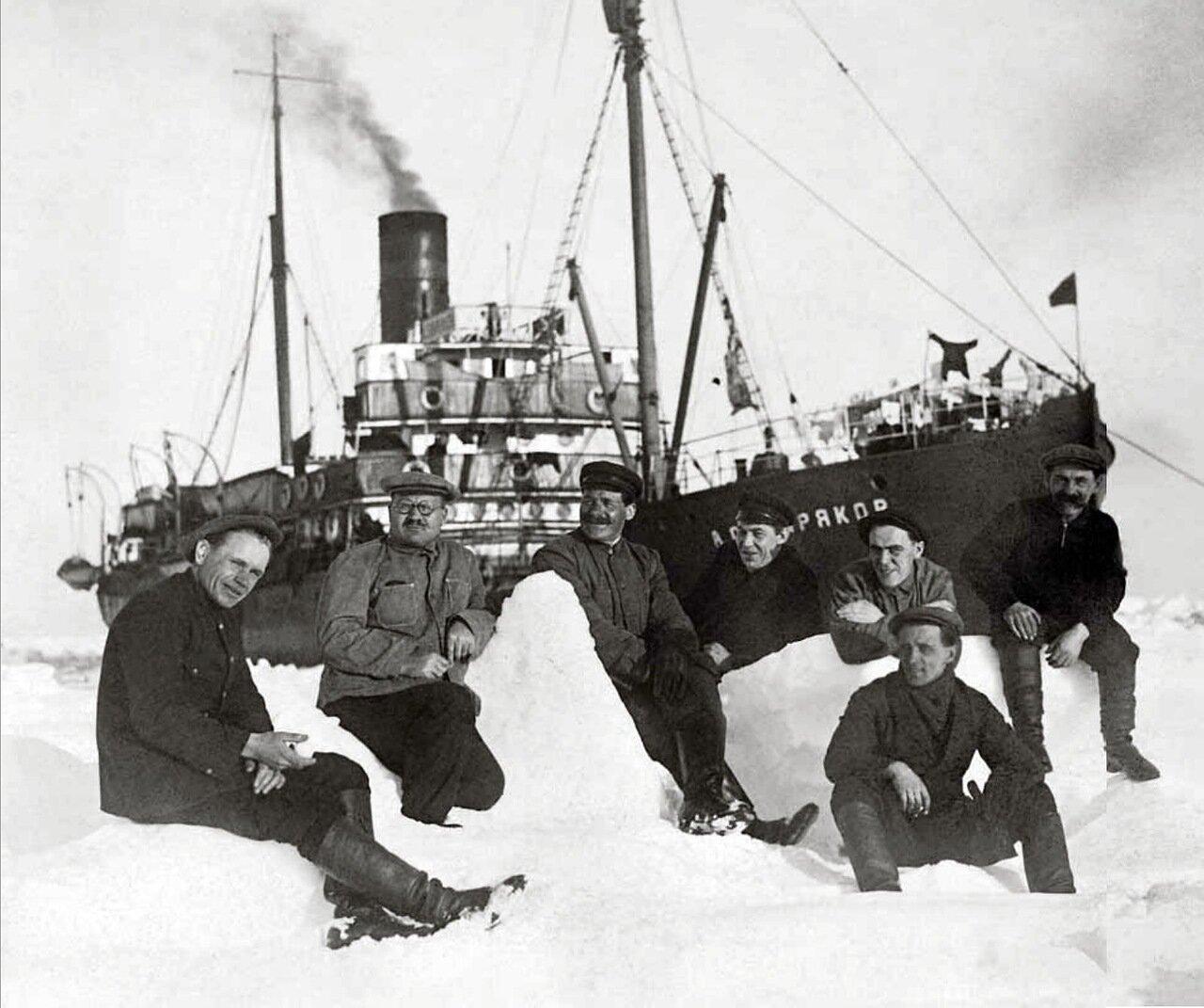 1932. Участники арктической экспедиции ледокольного парохода «А. Сибиряков» на припае Печорского моря