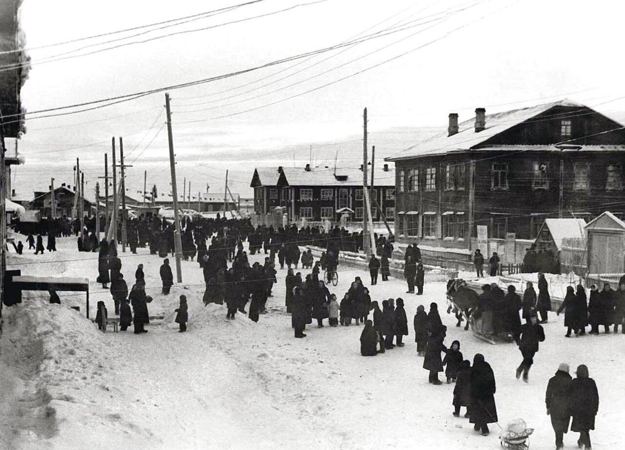 1959. Народное гуляние на улице Выучейского в Нарьян-Маре. Ненецкий округ