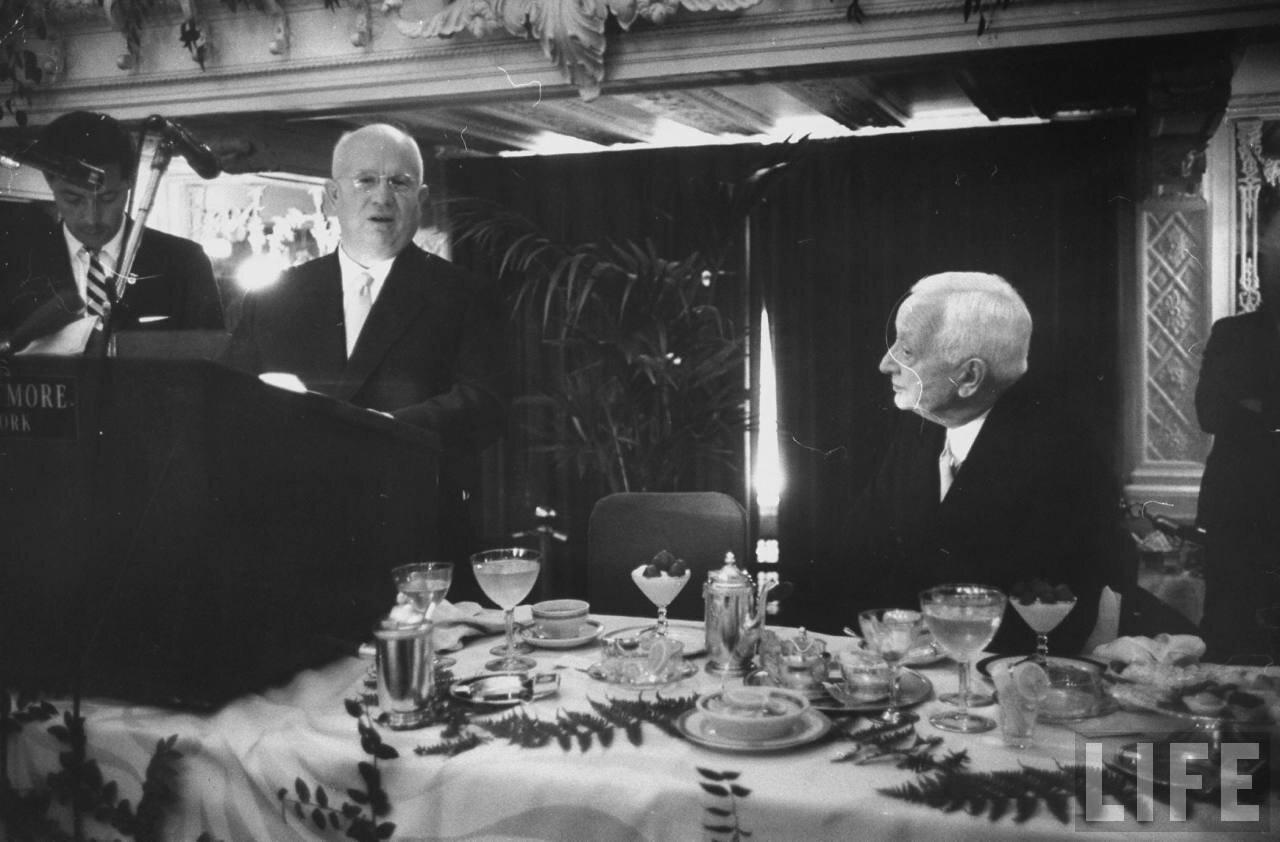 Никита Сергеевич Хрущев и Сайрус Итон во время ужина в честь советской делегации