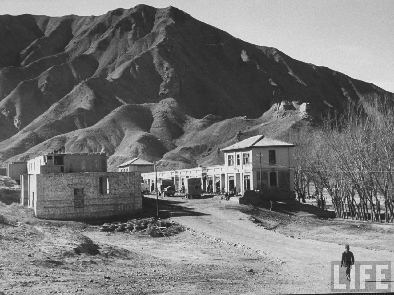 Деревня Доаб, построенная вдоль дороги, проложенной по всему западному склону Гиндукуша