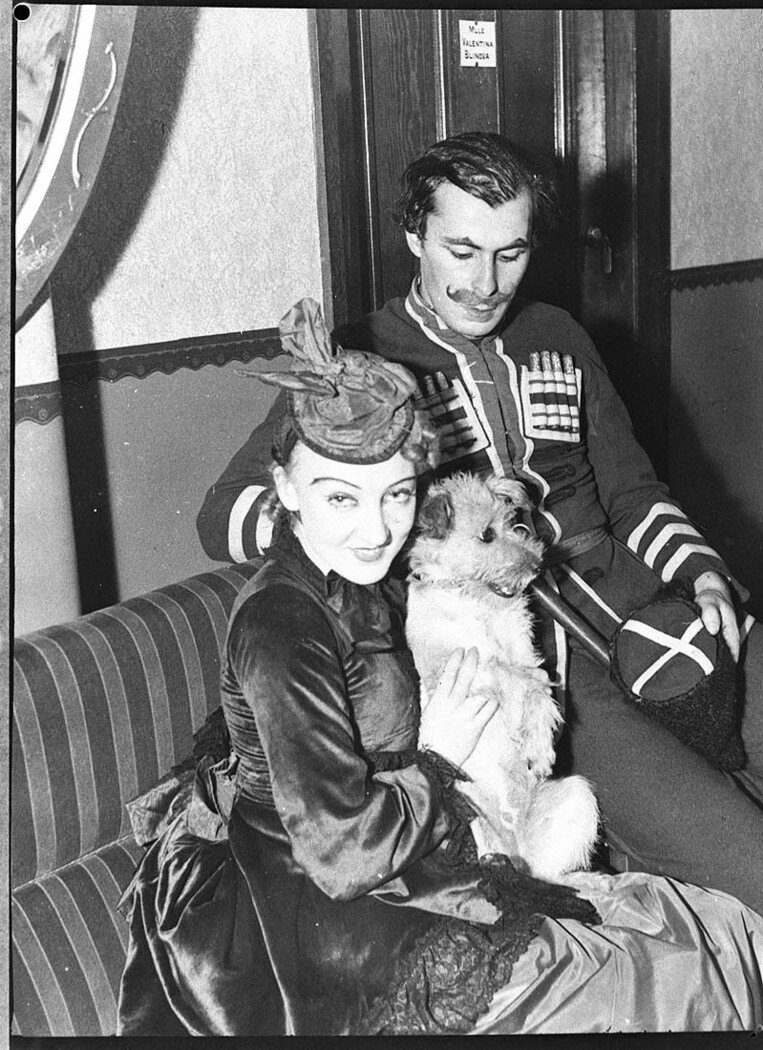 Танцоры балета Полковника де Базиля Алоизиус Франк и Елизавета Суворова с собачкой  Апсией, Королевский театр, Сидней, февраль 1937