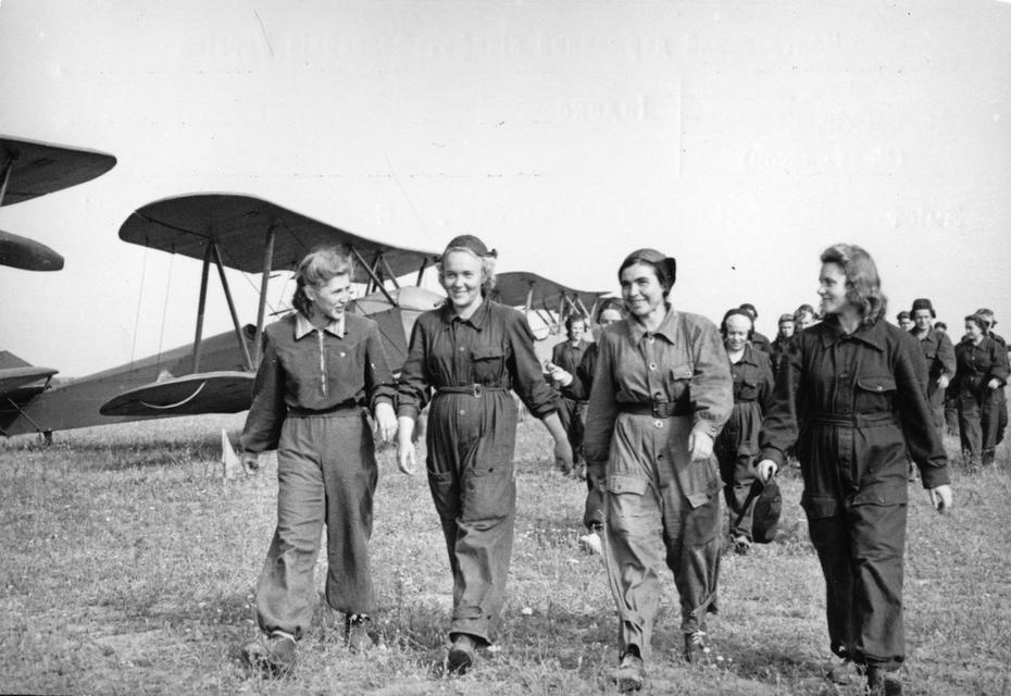 1960-е. Группа киевлянок-парашютисток на аэродроме
