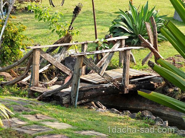 Деревянный мостик через ручей для дачи
